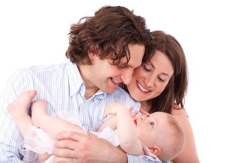 parinti cu bebelus in brate