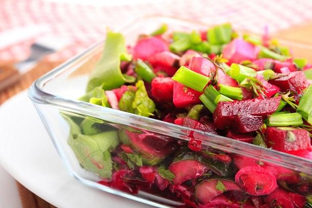 Salata cu sfecla rosie si ceapa verde