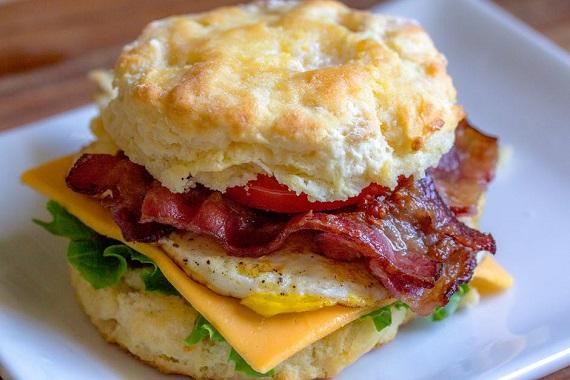 Sandvis cu ou si bacon