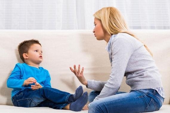 Mama care discuta cu baietelul ei