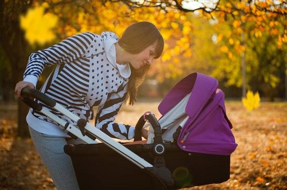 Mama ce este la plimbare cu bebelusul ei