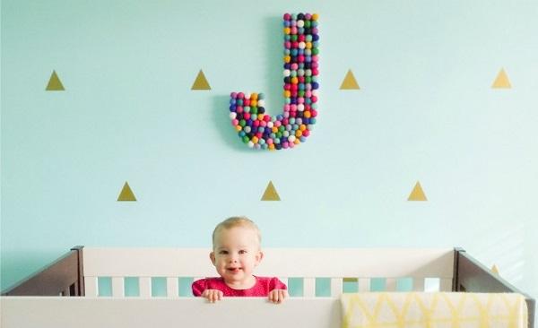 decor pentru camera bebelusului cu initiala numelui sau