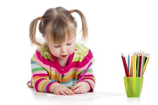 Copil mic deseneaza