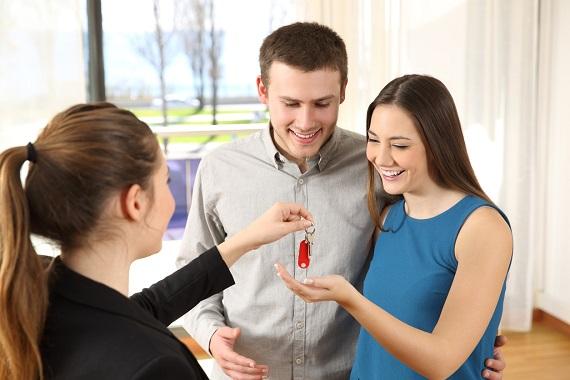 Tineri ce primesc cheile de la locuinta lor