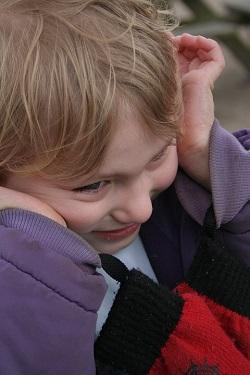 Copil cu gesturi specifice unei tulburari de spectru autist
