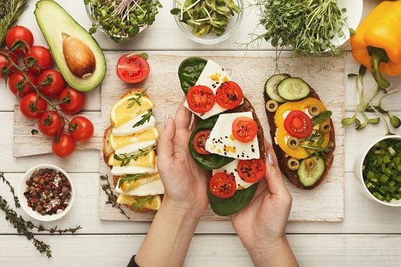 Femeie ce si-a pregatit sandvisuri din ingrediente sanatoase