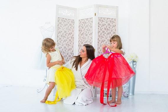 Mama ce le lasa pe fetitele ei sa-si aleaga ce fustite sa poarte