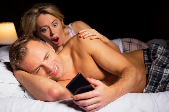 Femeie ingrozita de ceea ce vede pe telefonul partenerului ei