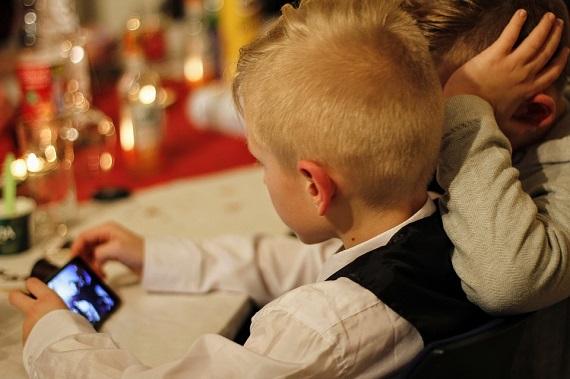 Copii ce se uita pe telefon