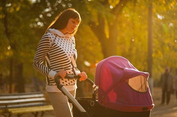 Mama ce isi plimba bebelusul