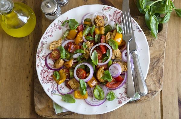 Salata de vara, cu legume si crutoane