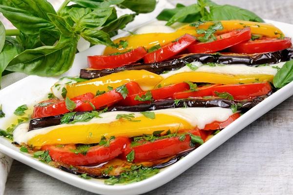 Salata de vinete, rosii si branza mozzarella