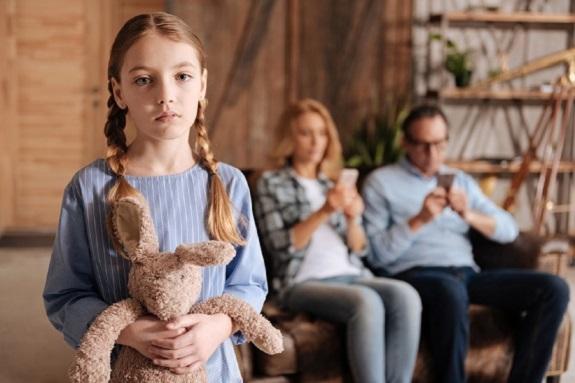Fetita trista, in timp ce parintii ei nu o baga in seama