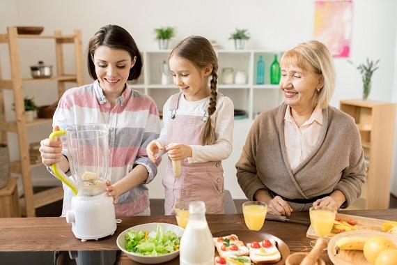Mama, bunica si fetita pregatind un smoothie