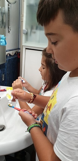 Copii care se pregatesc sa se spele pe dinti cu pasta edel+white 7 Fruchtli