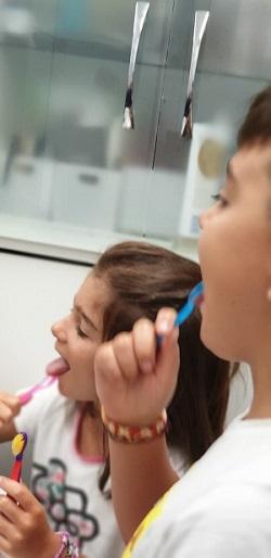 Copii care se spala pe dinti