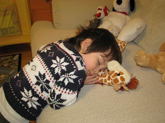 Copil ce a adormit fara sa fie intins pe canapea