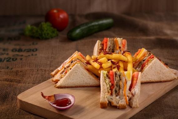 Sandvisuri cu paine alba, alaturi de cartofi prajiti si de ketchup