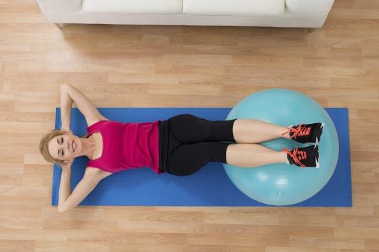 Exercitii fizice cu ajutorul mingiei de gimnastica