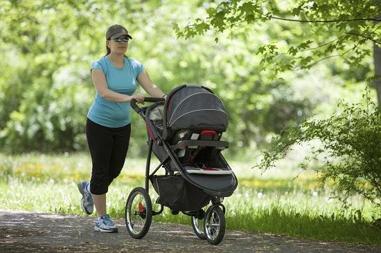 Mama face miscare, in timp ce-l plimba pe bebe