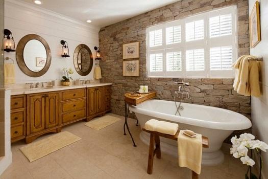 baie rustica cu obloane albe