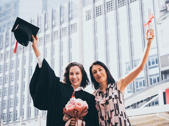 Mama si fiica fericite dupa ce fiica a absolvit