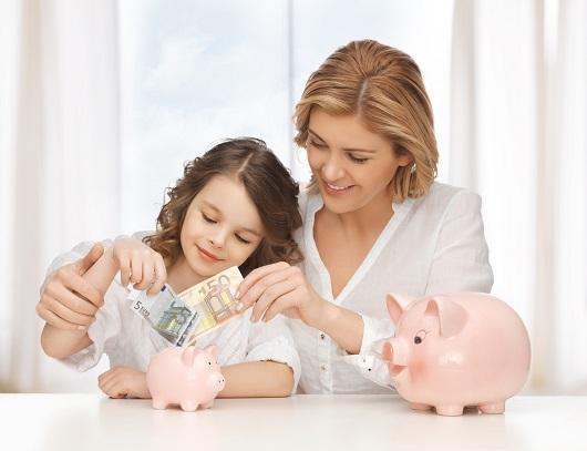 Mama o invata pe fiica ei sa economiseasca bani
