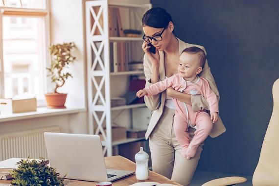 Mama aflata la birou, alaturi de bebelusul ei