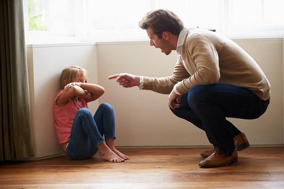 Tata ce tipa la fiica sa, care sta pe jos