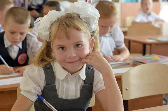 Elevi din ciclul primar in sala de clasa