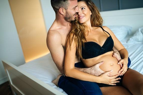 Femeie insarcinata, intr-un moment de intimitate cu partenerul ei