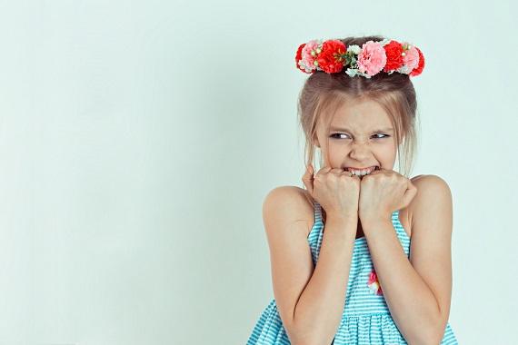 Fetita care isi inclesteaza dintii