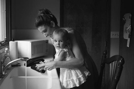 Mama ce isi spala fetita pe maini