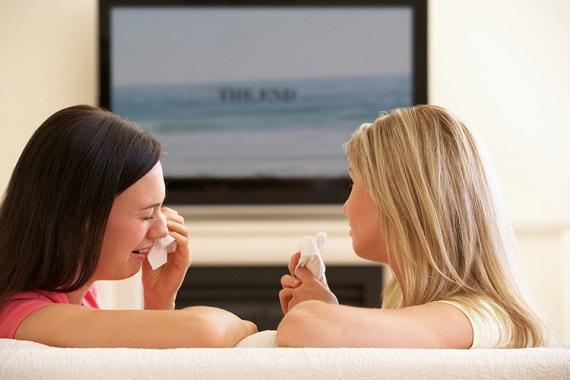 Femei care plang la televizor
