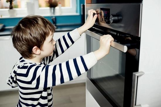 Copil ce umbla la cuptor