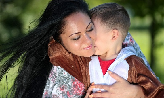 Baietel ce isi imbratiseaza mama