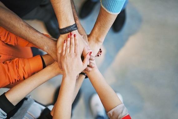 Maini impreunate in semn de unitate