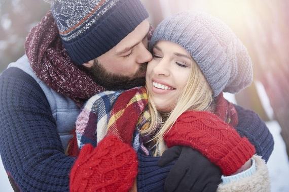 Partener afectuos cu partenera sa, in timp ce sunt pe-afara intr-o zi de iarna