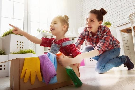 Mama si fiica ei se distreaza in timp ce se implica in treburi casnice