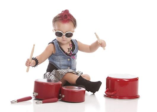 """Joc pentru copiii de 2 ani """"Orchestra din bucatarie"""""""