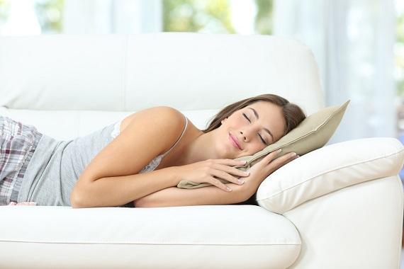 Fata ce doarme in timpul zilei, pe canapea