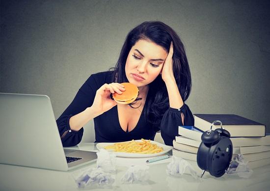 Fata ce doreste sa manance un hamburger si cartofi prajiti