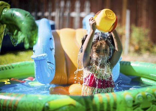 Copiii adora joaca in apa