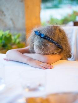 Gest bizar al copiilor- dorm in locuri nepotrivite
