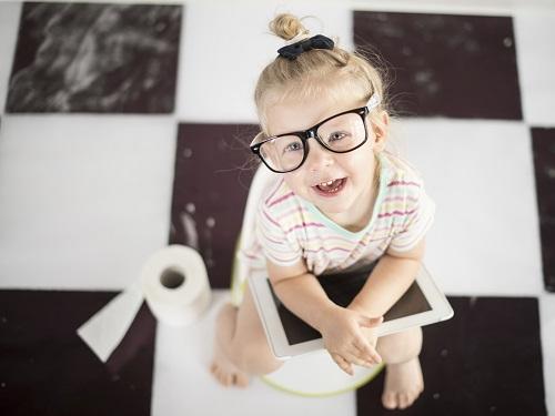 Gest bizar al copiilor- Nu se duc la toaleta pana in ultima clipa
