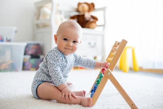 Bebelus ce se joaca cu o numaratoare