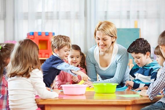 Copii alaturi de educatoarea lor,desfasurand activitati