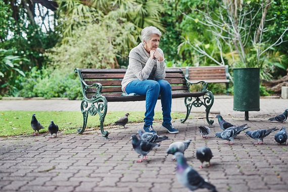 Femeie batrana, ce sta singura pe o banca in parc