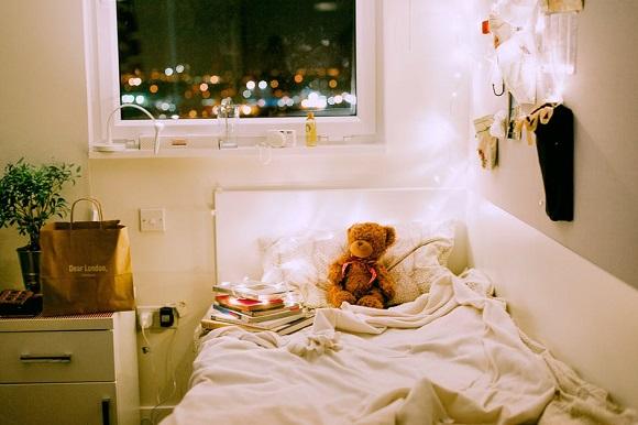 Camera de copil, cu carti si cu un ursulet pe pat