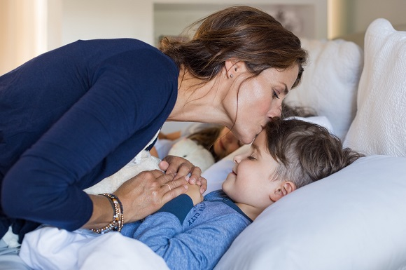 Mama ce isi saruta copilul la ora de culcare